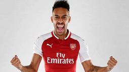 Penyerang baru Arsenal, Pierre-Emerick Aubameyang berpose dengan seragam klub barunya yang diunggah di Twitter milik Arsenal. Aubameyang dibeli dari Borussia Dortmund mencapai 55 juta pound sterling. (Twitter.com/Arsenal)
