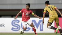 Gelandang Semen Padang, Irsyad Maulana, berusaha melewati bek Mitra Kukar, Roni Fatahilah, pada laga Piala Presiden 2019 di Stadion Patriot, Bekasi, Kamis (14/3). Padang menang 2-0 atas Mitra. (Bola.com/Yoppy Renato)