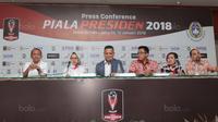 Direktur utama PT LIB, Berlington Siahaan (tengah) membuka press conference Piala Presiden 2018 di Hotel Sultan, Jakarta, (12/1/2018). Piala Presiden akan dimulai pada 16 Januari 2018. (Bola.com/Nicklas Hanoatubun)