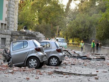 Puing-puing dari sebuah bangunan menimpa mobil usai gempa berkekuatan 5,6 magnitudo mengguncang Tirana, Albania (21/9/2019). Efek dari gempa bumi tersebut mengakibatkan puluhan bangunan hancur serta memicu pemadaman listrik di ibu kota Tirana. (AFP Photo/Gent Shkullaku)