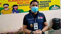 Wakil Bupati Kabupaten Bandung Barat Hengky Kurniawan menjalani tahap awal kesukarelawanan dalam proses uji klinis vaksin Covid-19 di Puskesmas Garuda, Kota Bandung, Selasa (13/10/2020). (Liputan6.com/Huyogo Simbolon)