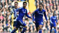 Dua pemain Chelsea, Cesc Fabregas (tengah) dan Eden Hazard (kanan). (AFP/Ben Stansall)