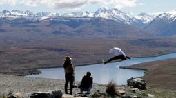 Turis saat mengambil foto di Mount John Observatory di Danau Tekapo, Selandia Baru (6/10). Danau ini mencakup area seluas 83 kilometer persegi (32 sq mi), dan berada di ketinggian 710 meter (2.330 kaki) di atas permukaan laut. (AP Photo/Mark Baker)