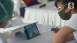 """Keluarga melakukan video call dengan pasien di RSCM, Jakarta, Selasa (26/5/2020). Fasilitas itu bernama """"Pojok Sahabat"""",Karena tidak bisa jenguk langsung untuk bertegur sapa dengan keluarga yang dirawat dalam ruangan khusus memalui video call. (merdeka.com/Imam Buhori)"""