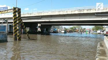 Jalur Pantura terganggu akibat direndam banjir rob. Akibatnya sejumlah kendaraan yang akan melintas harus dialihkan keluar oleh petugas.