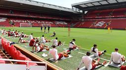Para pemain Liverpool melakukan pemanasan saat sesi pelatihan di stadion Anfield, Inggris (21/5). Liverpool akan bertanding melawan wakil Spanyol, Real Madrid pada babak Final Liga Champions. (AFP Photo/Paul Ellis)