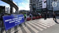 Polisi mengatur arus lalu lintas saat penyekatan masa PPKM Darurat di Perempatan Fatmawati, Jakarta, Senin (12/7/2021). Hanya dokter, paramedis, ambulans, darurat dan pengendara bermotor yang dapat menujukkan STRP yang boleh melintas. (merdeka.com/Arie Basuki)