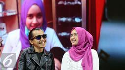 Gitaris band Kotak, Mario Marcella bersama istrinya, Carolyna Dewi saat di panggung The Biggest Concert Long Live Kotak x Anggun di Studio6 Emtek City, Jakarta, Rabu (23/11). Konser ini bagian perayaan 12 tahun Kotak. (Liputan6.com/Helmi Fithriansyah)