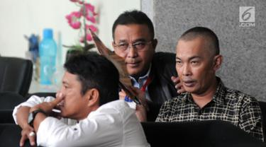 Wali Kota Tasikmalaya Budi Budiman menunggu di lobi gedung KPK, Jakarta, Selasa (14/8). Budi diperiksa sebagai saksi untuk tersangka pejabat Kementerian Keuangan, Yaya Purnomo. (Merdeka.com/Dwi Narwoko)