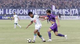 Pemain  PSS Sleman, Aditya Putra, menggiring bola saat melawan Persita Tangerang pada laga Liga 2 di Stadion Benteng Taruna, Tangerang, Jumat (26/10/2018). Kedua tim bermain imbang 1-1. (Bola.com/M Iqbal Ichsan)