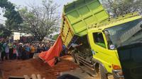 Kecelakaan maut antara mobil dan truk bermuatan tanah di Jalan Imam Bonjol, Karawaci menewaskan 4 orang. (Pramita/Liputan6)