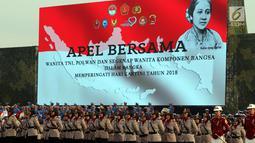 Prajurit Wanita Polri berbaris pada apel bersama untuk memperingati Hari Kartini 2018 di Silang Monas, Jakarta, Rabu (25/4). Upacara diikuti 10 ribu perempuan yang terdiri dari prajurit TNI, Polri dan segenap komponen bangsa. (Liputan6.com/Johan Tallo)
