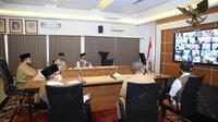 Bupati Banyuwangi Abdullah Azwar Anas melakukan musyawarah daring dengan sejumlah pelaku pariwisata.
