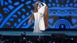"""Presiden Dewan Olimpiade Asia (OCA) Sheikh Ahmad Al Fahad Al Sabah membuat gestur """"cinta"""" ala artis K-pop saat memberi sambutan dalam Upacara Penutupan Asian Games 2018 di Stadion Utama GBK, Jakarta, Minggu (2/9). (ANTARA FOTO/INASGOC/Rosa Panggabean)"""