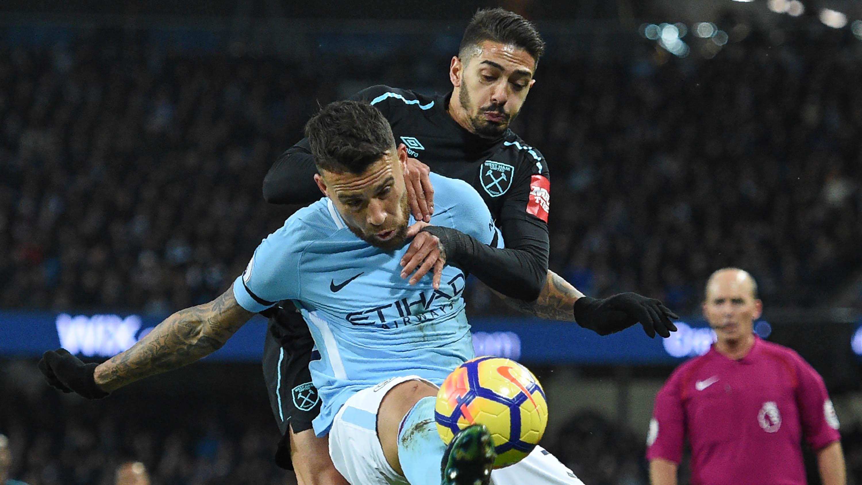 Bek Manchester City, Nicolas Otamendi, menjaga bola dari gelandang West Ham, Manuel Lanzini, pada laga Premier League di Stadion Etihad, Manchester, Minggu (3/11/2017). City menang 2-1 atas West ham. (AFP/Oli Scarff)