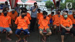 Sejumlah tersangka dihadirkan saat pemusnahan barang bukti narkoba jenis sabu di Lapangan Polda Metro Jaya, Jakarta, Kamis (2/7/2020). Polda Metro Jaya memusnahkan barang bukti narkoba jenis sabu seberat 1,2 ton. (merdeka.com/Imam Buhori)