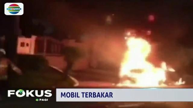 Penyebab kebakaran diduga akibat korsleting dibagian mesin mobil.