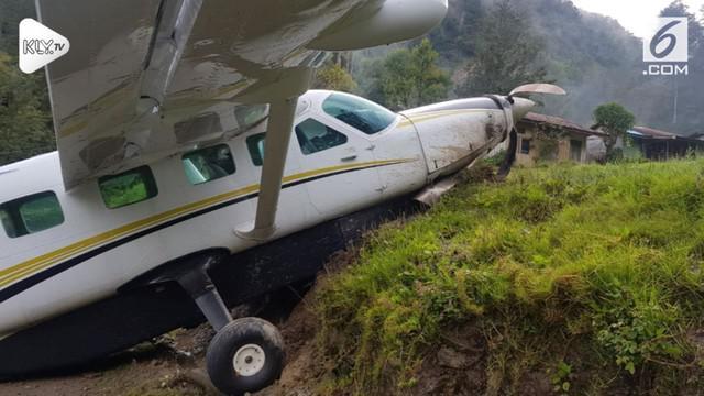 Pesawat Cessna Caravan 208EX PK-JBR, milik PT Jhonlin Air yang membawa sembako tergelincir di Bandara Beoga, Papua.