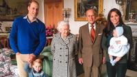 Potret Pangeran Philip bersama Ratu Elizabeth II, Pangeran William, Kate Middleton, Pangeran George dan Putri Charlotte. (dok. Instagram @kensingtonroyal/https://www.instagram.com/p/CNp2qSBFXn3/)