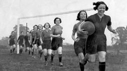 Pesepak bola wanita asal Inggris sedang melakukan pemanasan sebelum menjalani latihan rutin. ( AFP )