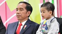 Presiden Jokowi mengajak cucunya Jan Ethes menyaksikan upacara pembukaan Asian Para Games 2018 (foto: twitter Jokowi)