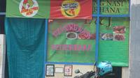 Sebuah warung makan ditutupi tirai pada hari pertama puasa Ramadan di Jakarta, Kamis (17/5). Ada juga warung makan yang tetap buka pada siang hari untuk melayani warga yang tidak menjalankan puasa. (Merdeka.com/Imam Buhori)
