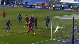 Roberto Firmino hampir saja menjebol gawang Liecester pada menit ke-27. Namun, tendangan jarak dekatnya masih bisa digagalkan Kasper Schmeichel. (Foto: AFP/Pool/Paul Ellis)