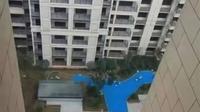 Kolam palsu bikin penghuni apartemen geram. (dok. screenshot YouTube/Pear Video)