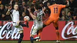 Bek Prancis, Christophe Jallet, membuang bola dari jangkauan gelandang Belanda, Quincy Promes, pada laga persahabatan di Stadion Amsterdam Arena, Amsterdam, Jumat (25/3/2016). Belanda takluk 2-3 dari Prancis. (AFP/Franck Fife)