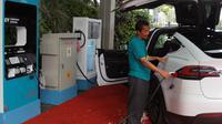 Stasiun Pengisian Kendaraan Listrik Umum (SPKLU) di kawasan pusat perbelanjaan Tangcity Mall. (Liputan6.com/Pramita Tristiawati)