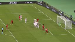Bola tendangan bebas pemain Swiss Granit Xhaka (kiri) membentur tiang saat melawan Turki pada pertandingan Grup A Euro 2020 di Stadion Olimpiade Baku, Baku, Azerbaijan, Minggu (20/6/2021). Swiss menang 3-1. (Naomi Baker/Pool via AP)