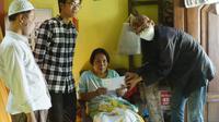Wakil Wali Kota Armuji video call dengan penderita stroke di Surabaya. (Dian Kurniwan/Liputan6.com)