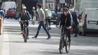 Sejumlah pengendara sepeda terlihat di sebuah jalan di Wina, Austria, (13/5/2020).  Jumlah keseluruhan pengendara sepeda meningkat 20 persen pada April 2020 dibandingkan dengan periode yang sama pada 2019. (Xinhua/Guo Chen)