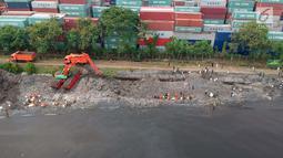 Foto aerial saat petugas melakukan gerebek sampah di Pesisir Teluk Jakarta, Cilincing, Jakarta Utara, Minggu (15/4). Kegiatan ini dilakukan dalam rangka memperingati Hari Peduli Sampah Nasional (HPSN) 2018. (Liputan6.com/Arya Manggala)