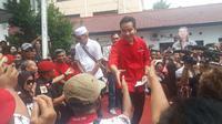 Gibran saat menyapa pendukungnya yang di depan kantor DPD PDI Perjuangan Jawa Tengah. (Felek Wahyu/Liputan6.com)