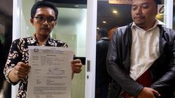 Jaringan Advokat Pengawal NKRI menunjukkan dokumen saat melapor kepada MKD di Gedung Nusantara I, Jakarta, Kamis (4/10). Japri mendesak MKD agar menindak tegas dan memberikan sanksi kepada wakil rakyat itu. (Liputan6.com/JohanTallo)