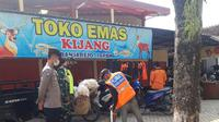 Pelanggar Protokol Kesehatan Diberi Sanksi Menyapu di Sekitaran Area Pasar Banjarejo (Liputan6.com/Ahmad Adirin)