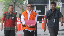 Mantan Menpora Imam Nahrawi (rompi oranye) tiba untuk pemeriksaan di Gedung KPK, Jakarta, Selasa (15/10/2019). Imam Nahrawi diperiksa perdana pascapenahanan untuk melengkapi berkas penyidikan asisten pribadinya, Miftahul Ulum dalam kasus suap dana hibah KONI dan gratifikasi (merdeka.com/Dwi Narwoko)