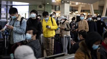 Para penumpang antre untuk menaiki kereta api menuju Beijing di stasiun kereta Wuhan, provinsi Hubei, Rabu (15/4/2020). Usai status lockdown dicabut pada 8 April lalu, orang-orang yang sebelumnya berada di Wuhan perlahan mulai meninggalkan kota, salah satu tujuannya adalah Beijing.  (NOEL CELIS/AFP)