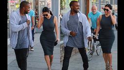 Kim bersama Kanye terlihat sedang mencari makan malam bersama dengan berjalan kaki di sekitar kawasan Hollywood, Amerika, (12/10/14). (Dailymail)