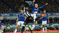 Aksi pemain Everton, Wayne Rooney (kanan) saat berebut bola dengan pemain Newcastle United, Mohamed Diame pada lanjutan Premier League di Goodison Park, Liverpool,(23/4/2018). Everton menang 1-0. (AFP/Oli Scarff)