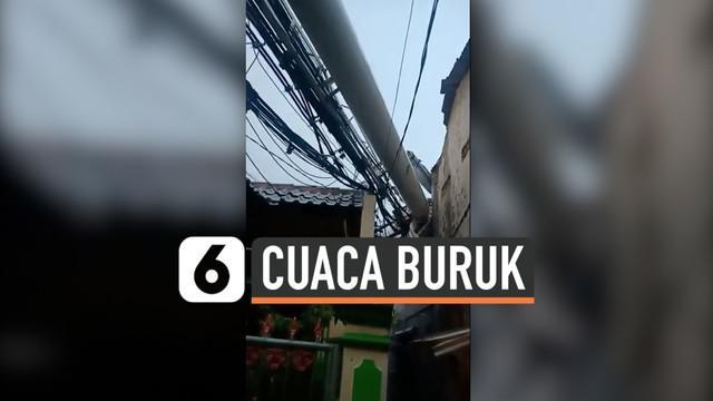 Hujan Deras dan angin kencang melanda Kota Depok dan sekitarnya. Akibat angin kencang sebuah pohon roboh dan menimpa taksi. Sebuah tower provider seluler roboh dan menimpa 6 rumah warga.