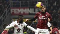 Striker AC Milan, Zlatan Ibrahimovic, menyundul bola saat melawan Torino pada laga Coppa Italia di Stadion San Siro, Milan, Selasa (28/1). Milan menang 4-2 atas Torino. (AFP/Miguel Medina)