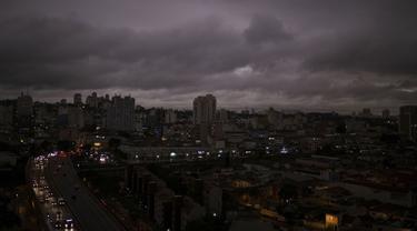 Langit kota Sao Paulo menghitam akibat kebakaran hutan hujan Amazon di Brasil (AP Photo)
