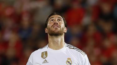 Bek Real Madrid, Sergio Ramos, tampak kecewa usai dikalahkan Real Mallorca pada laga La Liga Spanyol di Stadion Iberostar, Mallorca, Sabtu (19/10). Mallorca menang 1-0 atas Madrid. (AFP/Javier Reina)