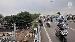 Pengendara sepeda motor nekat melawan arah saat melintas di jalan layang atau flyover Buaran, Jakarta, Kamis (29/11). Aksi nekat ini kerap terjadi di flyover Buaran, terutama pada saat jam sibuk guna menghindari kemacetan. (Merdeka.com/Iqbal S Nugroho)