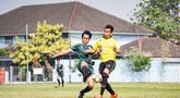 Para pemain beradu kaki saat babak perempat final laga Pertamax Liga Ayo 2019. (Dokumentasi)