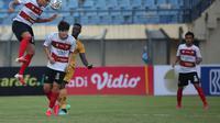 Duel Bhayangkara FC melawan Madura United pada lanjutan BRI Liga 1 2021/2022 di Stadion Si Jalak Harupat, Soreang, Kab. Bandung, Sabtu (18/9/2021). (Bola.com/Ikhwan Yanuar Harun)
