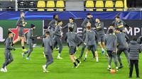 Pemain Inter Milan saat latihan jelang laga Liga Champions 2019 di Dortmund, Senin (4/11). Inter Milan akan berhadapan dengan Borussia Dortmund. (AP/Martin Meissner)
