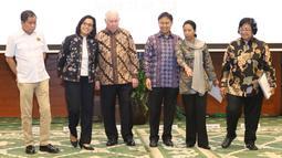 CEO PT Freeport Richard Adkerson dan Dirut Inalum Budi Gunadi Sadikin bersama Menkeu, Menteri ESDM, Menteri BUMN dan Menteri LHK usai penandatanganan pengambilalihan saham 51% PT Freeport Indonesia di Jakarta, Kamis (12/7). (Liputan6.com/Angga Yuniar)